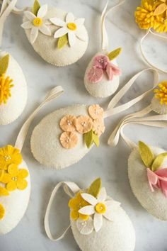 Heirloom Wool Easter Eggs via Purl Soho Easter Arts And Crafts, Easter Projects, Spring Crafts, Diy Craft Projects, Holiday Crafts, Easter Ideas, Easter Tree, Easter Eggs, Easter Bunny