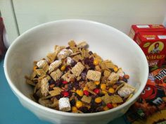 Thanksgiving Trail Mix & a free treat bag label download. I love life cereal! Dog Food Recipes, Dessert Recipes, Desserts, Classroom Treats, Thanksgiving Gifts, Trail, Goodies, Label, Sweets