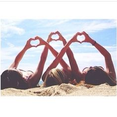 Beach love 3 best friends, beach poses with friends, beach friends, three friends Bff Pics, Beach Photos, Cute Photos, Sister Beach Pictures, Happy Family Pictures, Funny Beach Pictures, Family Beach Pictures, Holiday Pictures, Best Friend Fotos