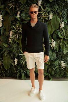 Comprar ropa de este look: https://lookastic.es/moda-hombre/looks/jersey-con-cuello-chal-negro-camiseta-con-cuello-circular-en-beige-pantalones-cortos-blancos/20281   — Camiseta con Cuello Circular en Beige  — Jersey con Cuello Chal Negro  — Pantalones Cortos Blancos  — Zapatillas Plimsoll Blancas