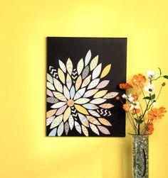 Flores de papel pegadas en canvas.