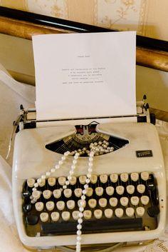 vintage typewriter + pearls for a 20s inspired wedding http://weddingwonderland.it/2015/11/matrimonio-grande-gatsby.html