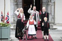 Kronprinsfamiljen 2013 klädda i traditionella bunader.