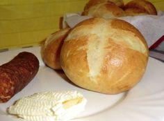 Bajor zsemle recept: Egyszerű, finom zsemle, melyet kenyérlisztből is készíthetünk, de tökéletes hozzá a sima fehér liszt is. Én most sima lisztet használtam.