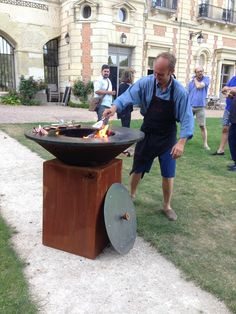 Le chef Ludovic Laurenty du Château de Perreux cuisine sur le brasero plancha OFYR.