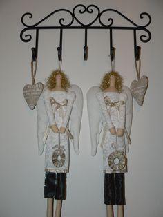 Anjelsky čistá, nežná, prírodná, anjelik Michael. Anjel je ušitý zo 100 % bavlnených látok, vyplnená polyesterovým rúnom. K anjelovi je venček ozdobený so zlatou niťom a má zlaté vlásky, šaty sú ušité z krásnej smotanovej látky s bielou potlačou, Veľkosť: 53 cm