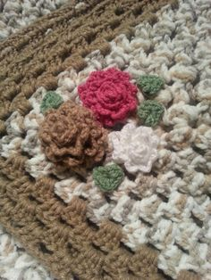 Crochet baby blanket with flowers ;-)