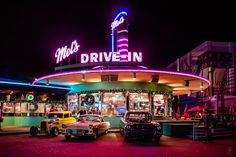 Mel's Drive-In in den Universal Studios [Explored] - universal - Free Diner Aesthetic, Neon Aesthetic, Aesthetic Vintage, Aesthetic Photo, Aesthetic Pictures, 1950s Aesthetic, Retro Wallpaper, Aesthetic Iphone Wallpaper, Aesthetic Wallpapers