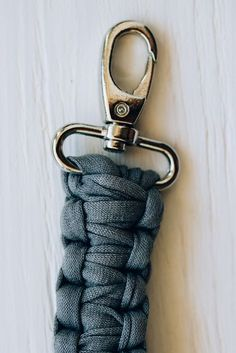 DIY Strap for a clutch. Check this easy macrame FREE PATTERN to make a beautiful strap for your purse.