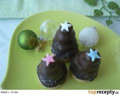 Včelí úlky z margotkyÚlky 40 g piškotů 2 lžice rumu 2 lžíce mléka 2 čokoládové tyčinky Margot (jedna 100g) 100 g másla 100 g moučkového cukru 50 g kakaa Náplň 100 g másla 50 g moučkového cukru 1 uvařený žloutek 30-50 ml rumu (podle chuti) Dohotovení cca 30 ks kulatých piškotů 60 g čokoládové polevy cukrové zdobení