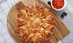 Pull Apart Pizza Star - warm, cheesy and pull apart Pizza! Easy & fun dinner that comes together in no time! Great for a game day party!