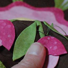 Really good applique tutorials for quilting Hand Applique, Applique Patterns, Applique Quilts, Embroidery Applique, Quilt Patterns, Machine Embroidery, Quilting Tutorials, Quilting Projects, Sewing Tutorials