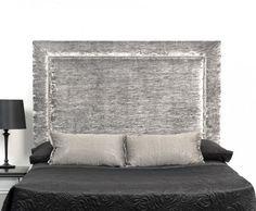 tête de lit en tissu gris perle, jetée de lit et lampe de chevet noires