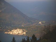 [Balade à vélo] Tour du Mont Veyrier, Ce circuit d'apparence modeste offre de beaux panoramas sur le lac à partir des hauteurs d'Annecy-le-Vieux, ainsi que des vues plongeantes sur le château de Menthon-St-Bernard dans la descente du col de Bluffy. + d'infos sur www.hautesavoie-rando.fr
