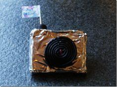 Plak ontbijtkoek of cake in folie, dropjojo erop (stukje veterdrop of aardbeiveter buigen en als prikker in het midden van de jojo erdoor drukken en het zit vast, of suiker water maken insmeren op de jojo plakken maar) ronddropje met een vlaggetje op de top en...done!