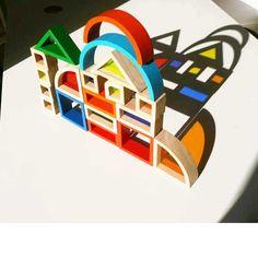 CONSTRUCCIÓN TRASLUCIDA - Alupé – Uno de nuestros juegos de construcción que más nos gusta, es ésta caja de piezas de formas geométricas, de las cuales algunas tienen ventanas de colores traslúcidas de diferentes colores. Un total de 37 piezas de madera de diferentes formas geométricas de las cuales, 12 tienen ventanas traslúcidas con diferentes colores, para poder hacer todo tipo de experimentación con ellas. Se pueden sobreponer y observar la combinación de colores, si miras através de...