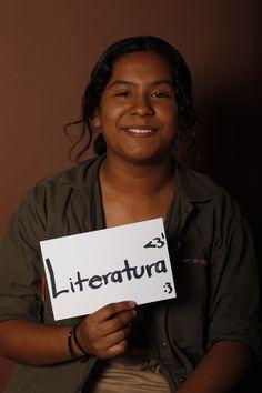 En este cartel observamos que una niña sujeta un cartel en el que pone literatura y es que la cultura aporta una identidad a todo el mundo, pero especialmente a aquellos que están más excluidos de la sociedad pues permite su inclusión como seres humanos.