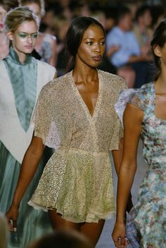 𝐛𝐥𝐚𝐜𝐤 𝐟𝐞𝐦𝐢𝐧𝐢𝐧𝐢𝐭𝐲 90s Fashion, Runway Fashion, Fashion Models, High Fashion, Fashion Show, Celebrities Fashion, Celebs, Claudia Schiffer, Irina Shayk