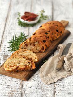 Brot mit frischen Kräutern und getrockneten Tomaten