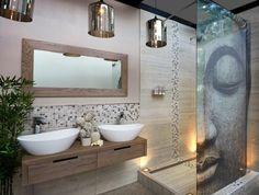 salle-de-bain-zen-bambou-mosaique-murale-beige-miroir-rectangulaire-dalles-beiges