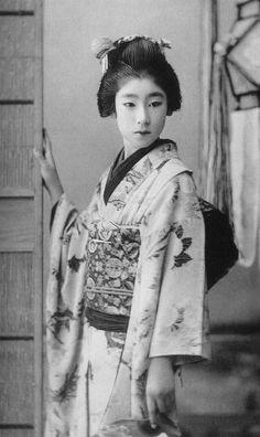 The Kimono Gallery — Early Japan. Photography by Ogawa, K. Japanese Geisha, Japanese Beauty, Japanese Kimono, Vintage Japanese, Japanese Girl, Vintage Photographs, Vintage Photos, Geisha Art, Memoirs Of A Geisha