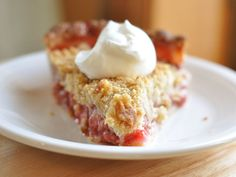 Strawberry rhubarb pie with streusel topping