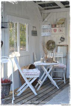 terassi,romanttinen,kuisti,tuolit,pöytä,vaalea sisustus,puu,tunnelma,ulkokalusteet
