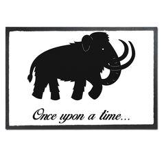 Fußmatte Druck Mammut aus Velour  Schwarz - Das Original von Mr. & Mrs. Panda.  Die wunderschönen Fussmatten von Mr. & Mrs. Panda sind etwas ganz besonderes. Alle Motive werden von uns entworfen und konzipiert und jede Fussmatte wird von uns in unserer Manufaktur selbst bedruckt und liebevoll an euch verschickt. Die Grösse der Fussmatte beträgt 50cm x 70cm.    Über unser Motiv Mammut  Die ältesten Mammutfunde sind 4,5 Millionen Jahre alt. In der Steinzeit lebten die Mammuts in Herden. Sie…