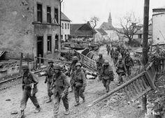 Soldados US en el pueblo de Hupperat, Alemania, 1945.