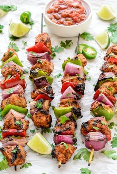 Fajita Chicken Kebabs-Fajita-style chicken grilled on skewers with veggies. A delicious chicken kebab recipe and easy dinner that your whole family will love. Low Carb Paleo, Comidas Light, Summer Grilling Recipes, Low Carb Summer Recipes, Low Carb Dinner Recipes, Dinner Healthy, Healthy Summer, Eat Healthy, Skewer Recipes