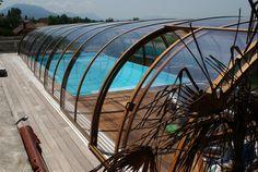 Bronzová barva zastřešení bazénu LAGUNA dodává jiskru celému okolí