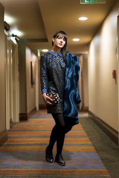 Look da  Danielle Noce glam com mistura de tecidos: veludo e brilho nesse vestido e oxford