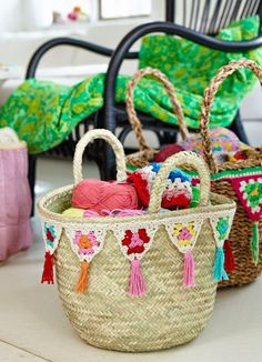 baskets decorated with crochet bunting Tutorial for Crochet, Knitting, Crafts. Crochet Bunting, Crochet Garland, Crochet Diy, Crochet Home, Love Crochet, Crochet Crafts, Crochet Flowers, Crochet Projects, Crochet Handbags