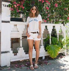 Look da blogueira Aimee Song com shorts jeans branco + t-shirt.