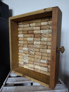 Tiroir en bois servant de mémo, le fond est recouvert de demi bouchons en liège #tiroir #drawer #bois #wood #liege #cork #memo #pensebete Wine Crates, Cork, Upcycle, Workshop, Shelves, Inspiration, Home Decor, Wine Corks, Recycling