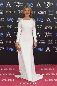 Cayetana Guillén Cuervo Fue una de las actrices más cotizadas de la década de los 90´s y Cayetana Guillén Cuervo ha demostrado que sigue teniendo el factor cool, algo que confirma su vestido minimal con hombreras trash.