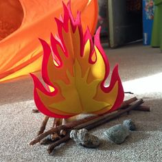 Какая же новогодняя сказка без роскошного костра?! Помнишь, как грелись у огня Двенадцать Месяцев? Попробуем и мы «разжечь» костер своими руками. Крутая декорация для праздничного выступления и уютный элемент интерьера на всю зиму.