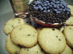 Cookies chocolate con Lavanda La Tía Melitona. Envase de 300 Gr.  Ingredientes: Harina de trigo, azúcar, mantequilla, huevos, pepitas de chocolate (20%), almíbar y semilla de lavanda (1%), sal e impulsor. Caja de 12 unidades.