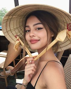 Rice hats are from East & South East Asian countries 👒 they are WAY more effective than caps 🧢🙅🏻♀️ Hd Make Up, Lily Maymac, Beauty Makeup, Hair Makeup, Pictures Of Lily, Face Pictures, Best Photo Poses, Insta Photo Ideas, Brown Girl