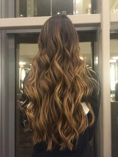 Morena iluminada by @nandagomez Balayage Hair Blonde, Brunette Hair, Ombre Hair, Wavy Hair, Dyed Hair, Fresh Hair, Hair Videos, Hair Looks, Hair Inspiration