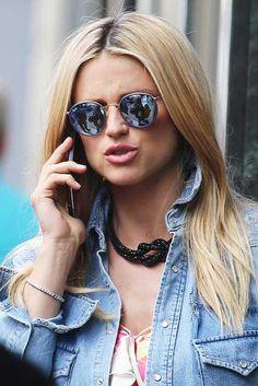 Gli occhiali da sole Ray-Ban Round Metal, con il loro fascino vintage apprezzato da molti artisti, si ispirano alla controcultura degli anni Sessanta e alla prima versione del modello, risalente a quell'epoca.  #rayban  #raybanstyle #instarayban #eyewear #eyewearsynglasses #eyewearglasses #occhialidasole #sunglasses #eyeglasses #eyewearfashion #instaocchiali #coolglasses #raybanround  #fashion #blogger #fashionblogger #star #michellehunziker #fashionstyle  #otticaviewpoint #reggiocalabria Trendy Fashion, Fashion Models, Girl Fashion, Vintage Fashion, Fashion Tips, Fashion Blogger Instagram, Classy Street Style, Fashion Wallpaper, Model Body