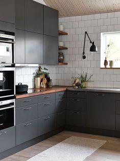 Et grått kjøkken er et moderne kjøkken. Two Tone Kitchen Cabinets, Kitchen Countertops, Gray Cabinets, Quartz Countertops, Grey Kitchens, Home Kitchens, New Kitchen, Kitchen Decor, Kitchen Rug
