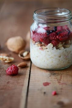 Overnight oats with nuts and berries is easy food that may improve your health. Try it with dried fruit, cinnamon and grated orange zest or ginger. Vegan Breakfast Recipes, Brunch Recipes, Fall Recipes, Healthy Recipes, Healthy Foods, Nordic Diet, Backpacking Food, Small Meals, Fresh Fruit