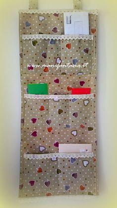 un pannello di stoffa con tasche è sempre utile e anche decorativo, in poche ore si può realizzare un pannello di stoffa da appendere