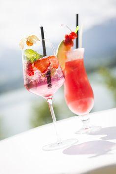 (c) Lukas Kirchgasser  Sommerzeit ist Cocktailzeit! #Cocktails #summerfeeling #rotwiedieliebe #faakersee #Villach #ErdbeerenimGlas #Strohhalm