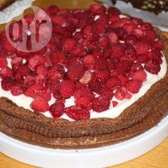 Foto de receta: Torta húmeda de chocolate con dulce de leche, frambuesas y crema