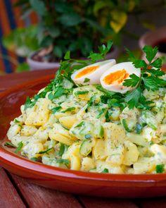 Kartoffel- Gurkensalat mit frischen Kräutern und Ei