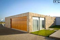 Essa casa com revestimento de pedra é moderna por dentro tanto quanto por fora! Confira https://www.homify.com.br/livros_de_ideias/2646529/