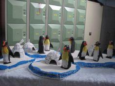Zuidpool ijsschotsen (piepschuim) met iglo en pinguïn
