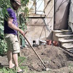 Adrien à la manœuvre pour creuser le contenant des bacs à poisson.